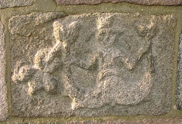 Granitfigur havfrue-østsiden våbenhus-FM-red